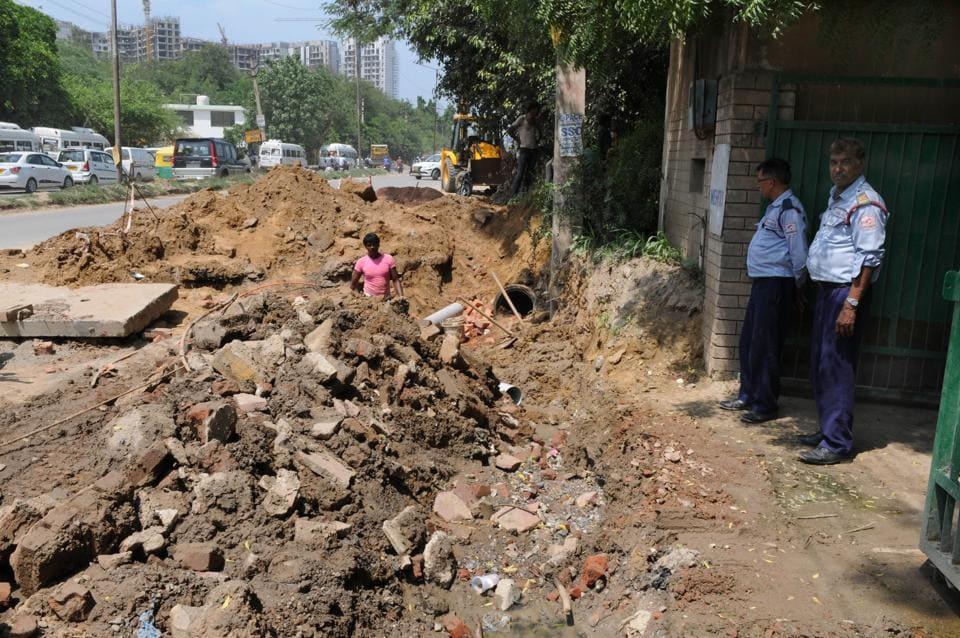 Overflowing Sewage,Gurgaon One,Sewage pipeline blocked