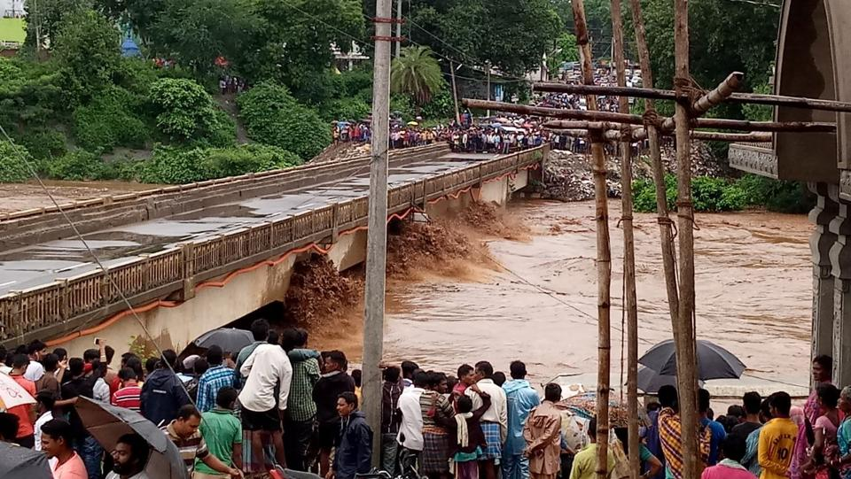 Rains triggered by a low pressure over Bay of Bengal since Saturday have led to flash floods in Nagabali and Kalyani rivers of Rayagada district affecting over 7,000 people in Kalyansinghpur block. (HT PHOTO)