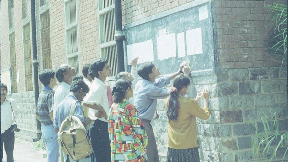 Students check the first cutoff list at  Delhi University in 1995.  (HC Tiwari / HT Photo)