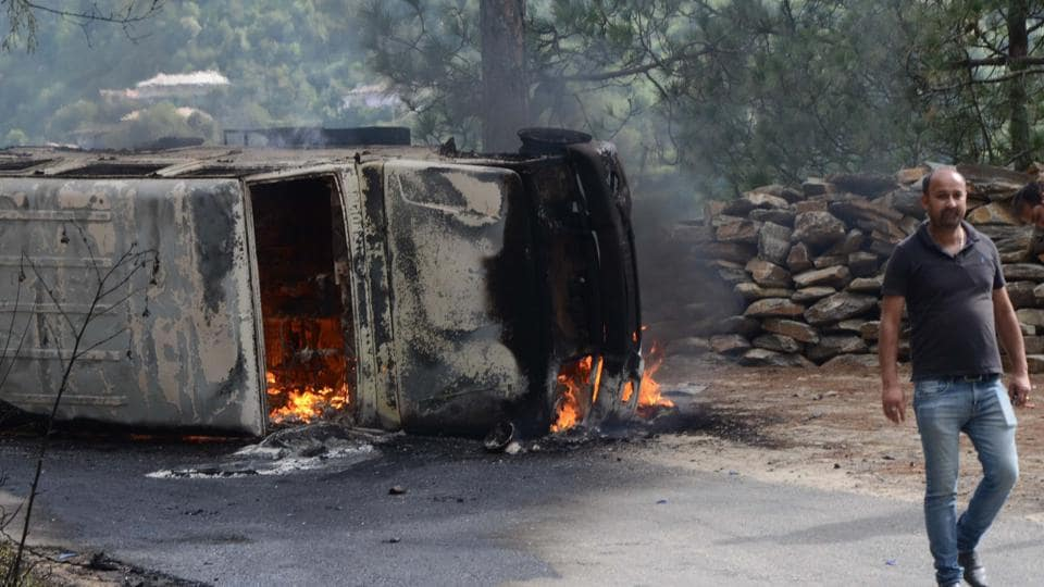 Mob burned down a  police vehicle after death of an accused of rape and murder of teenage girl in police custody at Kotkhai in Shimla district, Shimla on Wednesday. (Deepak Sansta/HT Photo)