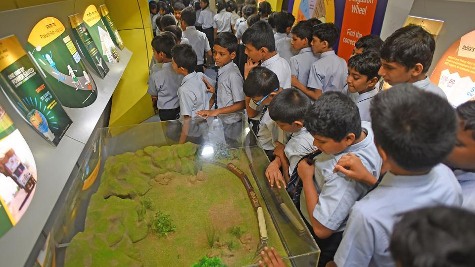 Students from various schools visit the science express. (Pratik Chorge/HT Photo)