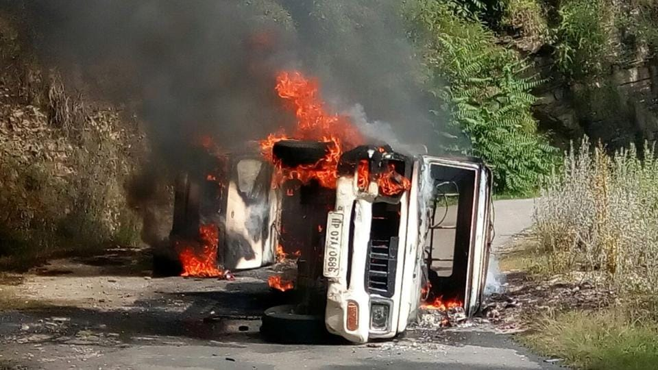 Police vehicles were set ablaze by an angry mob following the death of a person accused in the rape and murder of a teenage girl, while in police custody, at Kotkhai, Shimla. (HT Photo)