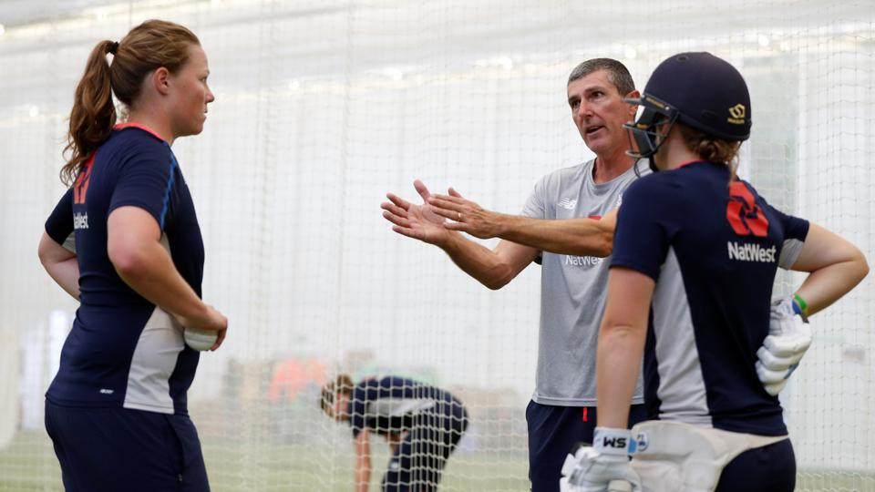England women's head coach Mark Robinson talks to Anya Shrubsole (L) and Heather Knight during nets. (Action Images via Reuters)