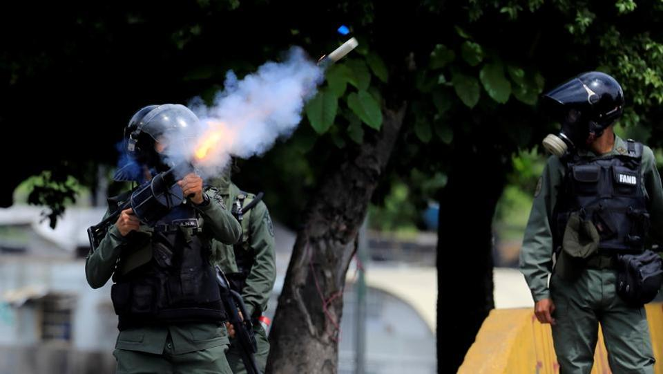 Riot security forces clash with demonstrators rallying against Venezuela's President Nicolas Maduro's government in Caracas, Venezuela. (Marco Bello  / REUTERS)