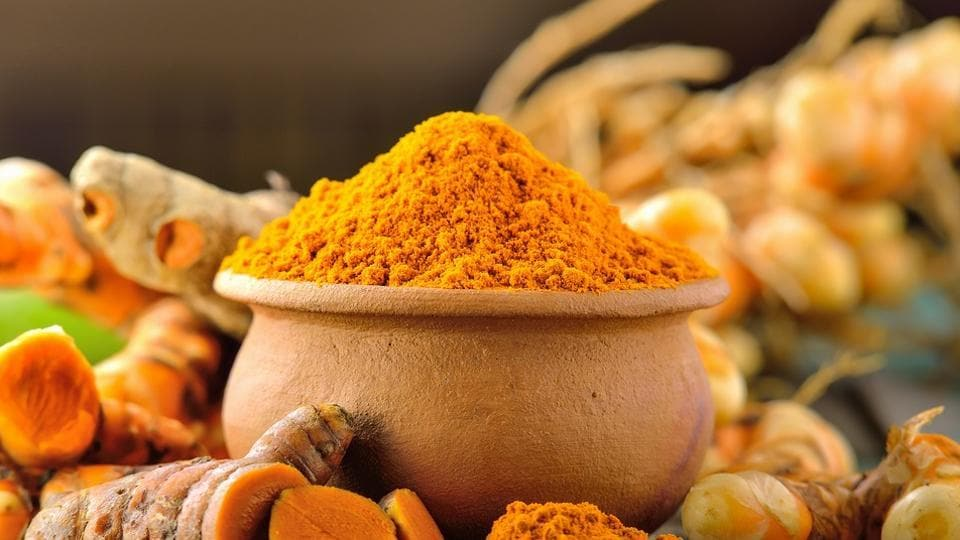 Amaciar A Pele, Limpar A Acne, Reduzir As Rugas E 6 Outras Coisas Que Você Pode Fazer Com O Açafrão-da-índia