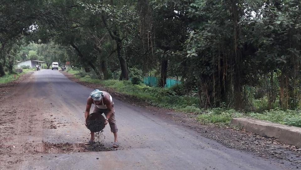 Mumbai news,Dahanu,pothole accident