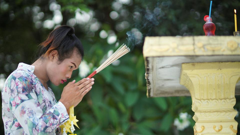 Rose prays at a shrine near the Baan Charoensuk gym in Chachoengsao province. (Athit Perawongmetha / REUTERS)