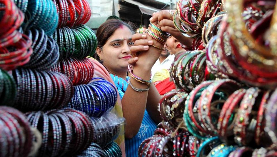 Woman purchase bangles during Teej festival in Patiala on Wednesday. Teej is celebrated to welcome monsoon (sawan) season.  (Bharat Bhushan/HT Photo)