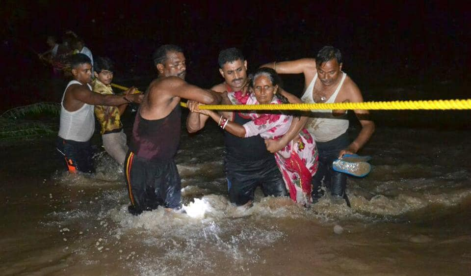 As flood continues to wreak havoc in many districts across Rajasthan, rescuers are bracing for more trouble with the Met office predicting heavy rain. (HT Photo)