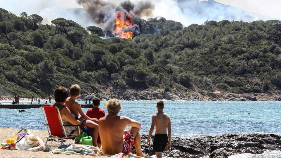 The new blaze, in the middle of the holiday season, is raging near Bormes-les-Mimosas, southwest of the popular resort Saint-Tropez on the Mediterranean coast. (Valery HACHE / AFP)