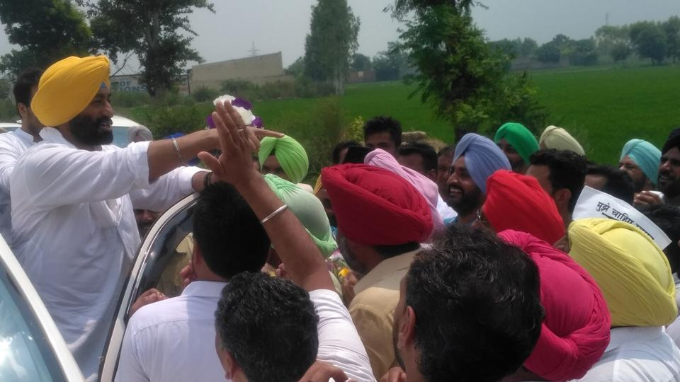As Khaira reached in Mehlan Chowk where Dirba MLA Harpal Singh Cheema organised a meeting between him and party workers, the latter raised slogans such as 'Sardar Sukhpal Singh Khaira, zindabad'. There were similar scenes in Bhawanigarh and Sunam. The topi was all but missing.