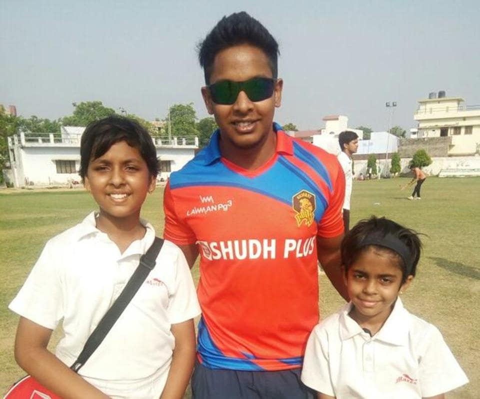 Manya and Siddhi Mishra posing with Ex-India under 19 World Cup skipper  Akshdeep Nath in Lucknow.