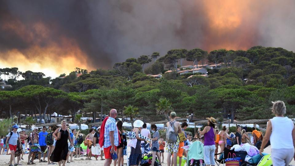 The new blaze, in the middle of the holiday season, is raging near Bormes-les-Mimosas, southwest of the popular resort Saint-Tropez on the Mediterranean coast. (Anne-Christine / AFP)