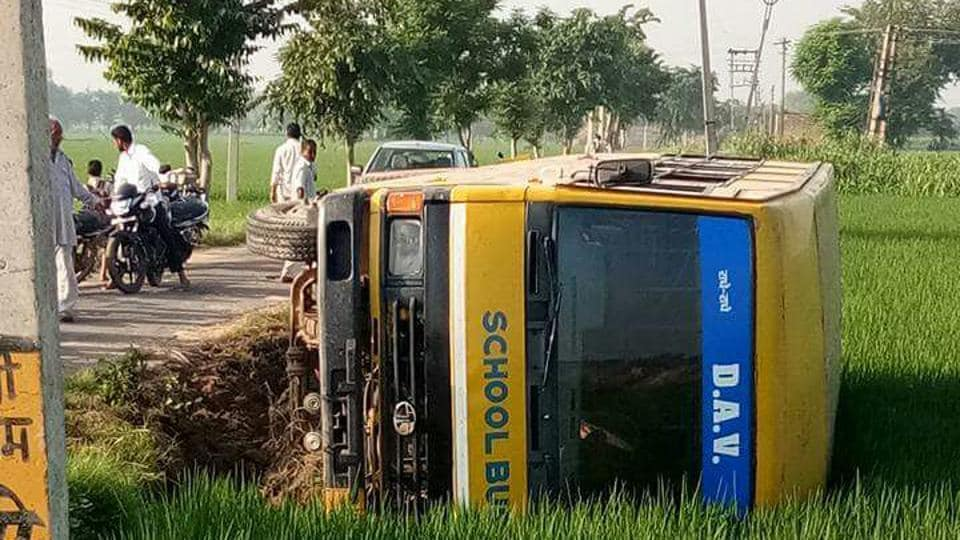 school bus overturns,Fatehabad,minor injuries