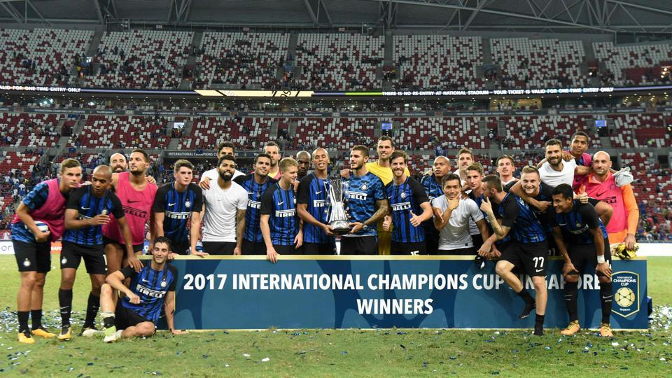 Inter Milan's team poses for photographers after defeating Chelsea FC in their International Champions Cup final football match in Singapore on Friday.