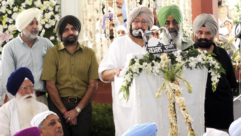 Punjab chief minister Captain Amarinder Singh addressing the gathering during his mother's, Rajmata Mohinder Kaur, bhog ceremony at New Moti Bag Palace in Patiala on Sunday. (Bharat Bhushan/HT Photo)