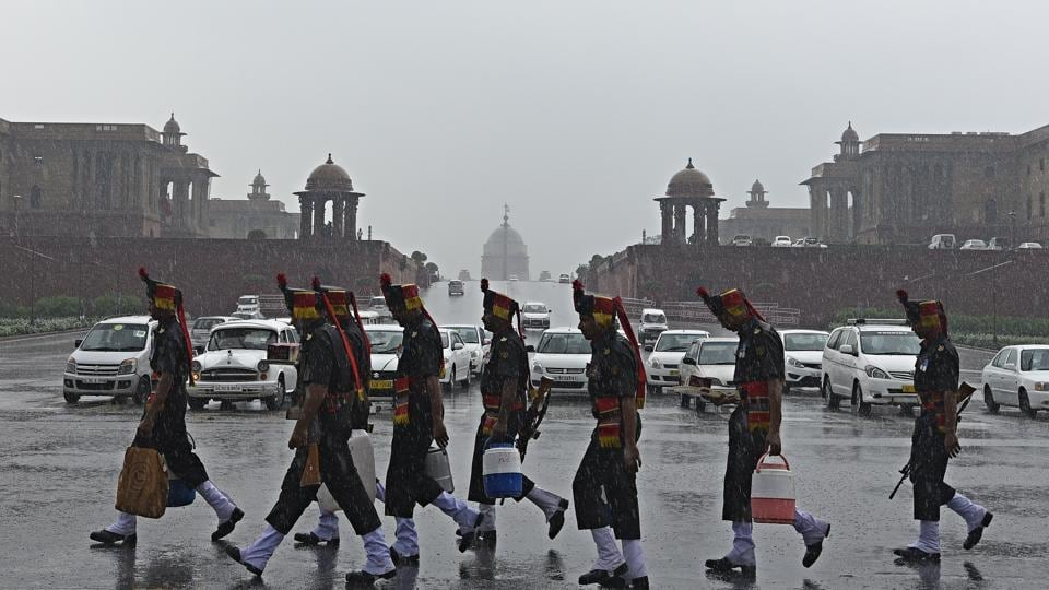 President's bodyguards during the rainy weather at Vijay Chowk on Tuesday after the oath taking ceremony of Ram Nath Kovind as 14th President of India.  (Sonu Mehta/HT PHOTO)