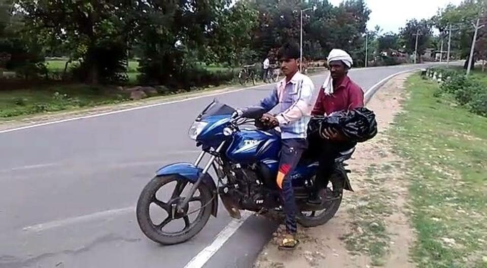 Disrespecting dead,Body carried on bike,Madhya Pradesh