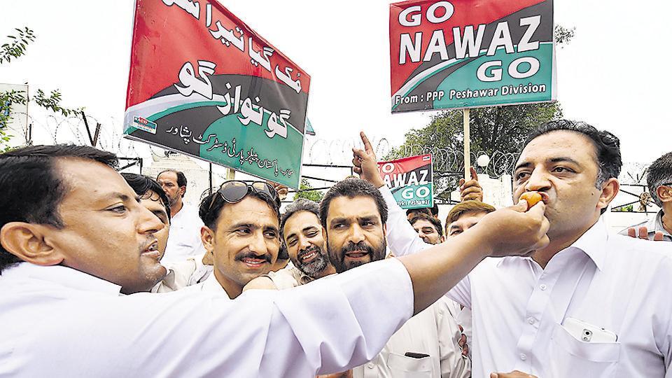 People celebrating the Pakistan Supreme Court decision against Prime Minister Nawaz Sharif, Peshawar, July 28