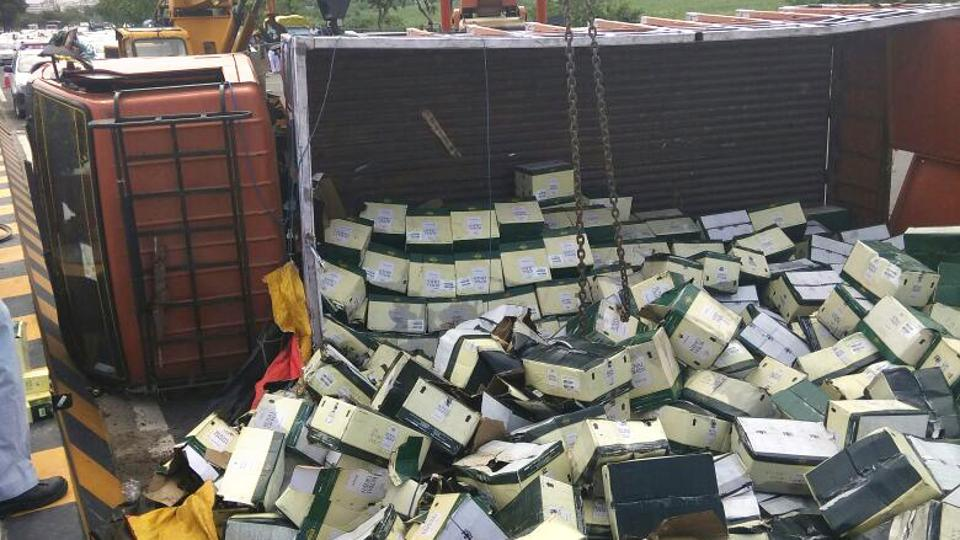 A truck loaded with liquor overturned on DND, triggering a huge traffic jam on Sunday.