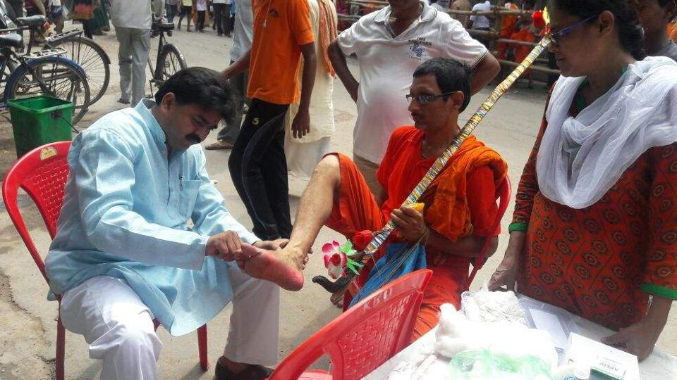 The group members also pool money to arrange medicines and ointments for the ailing Shiva devotees.