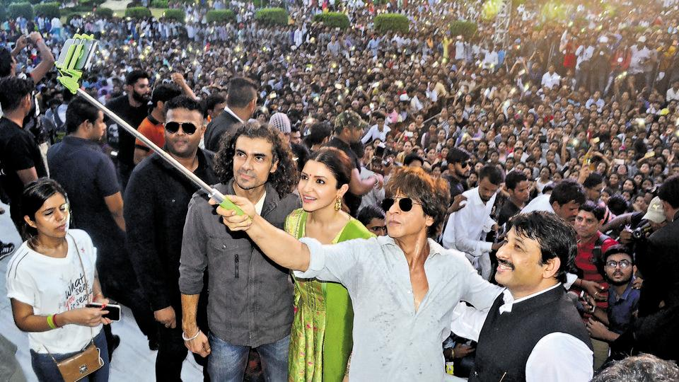 The superstar obliged the crowd's request and took off his glasses. He also took selfies with the crowd.
