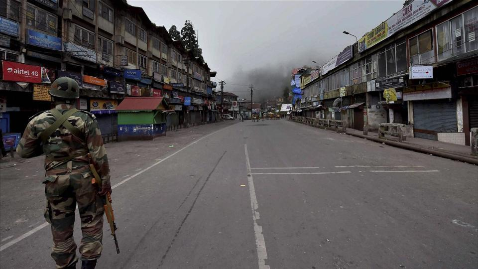 An empty street in Darjeeling during the GJM's bandh and the government's prohibition of internet and local TV news.