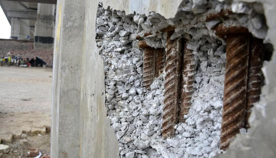 Concrete and iron bars used for erecting the pillar were clearly visible in the damaged part.