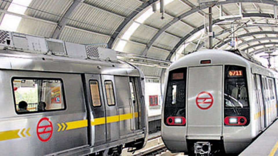 After all the compartment passengers got down at Kaushambi station, the train remained stationed there for about 5-7 minutes.