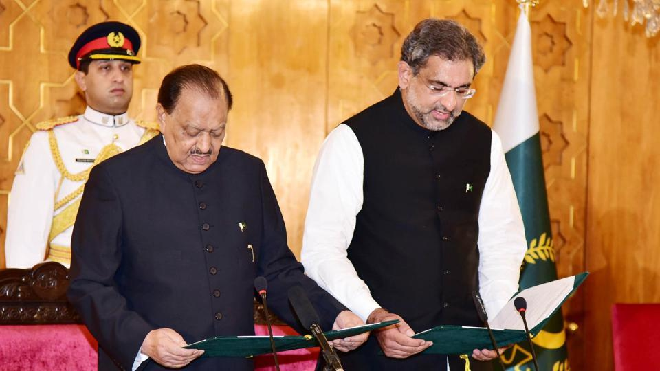 Pakistan's President Mamnoon Hussain (L) administers the oath to newly-elected Prime Minister Shahid Khaqan Abbasi during a ceremony at the Presidential Palace in Islamabad.