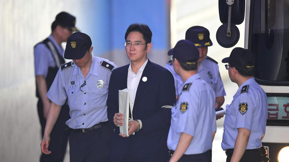 Lee Jae-Yong (C), the vice-chairman of Samsung Electronics, is escorted by prison guards as he arrives at the Seoul Central District Court on Wednesday.