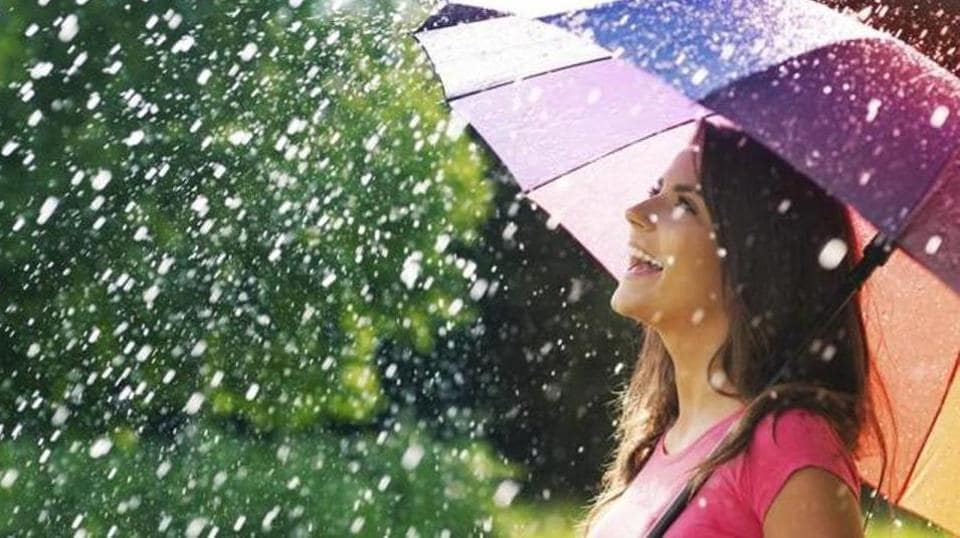 Wear skirts and T-shirts for casual wear in the monsoon.