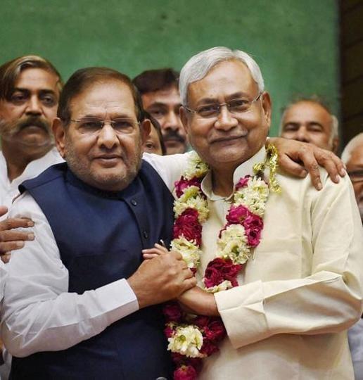 JD(U) leaders Sharad Yadav and Nitish Kumar: will they hug and make peace?