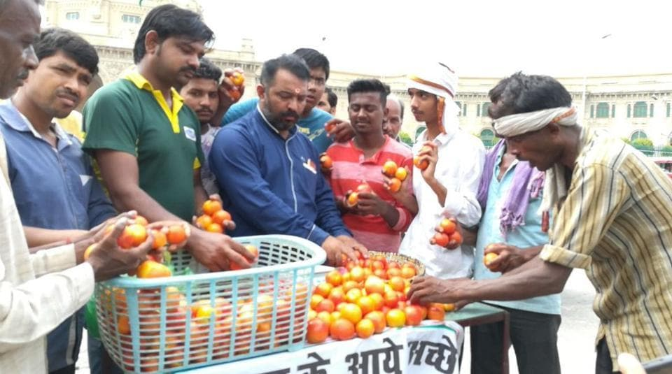 Congress workers sell tomatoes outside the Uttar Pradesh assembly premises in Lucknow on Friday, (Photo: ANITwitter)