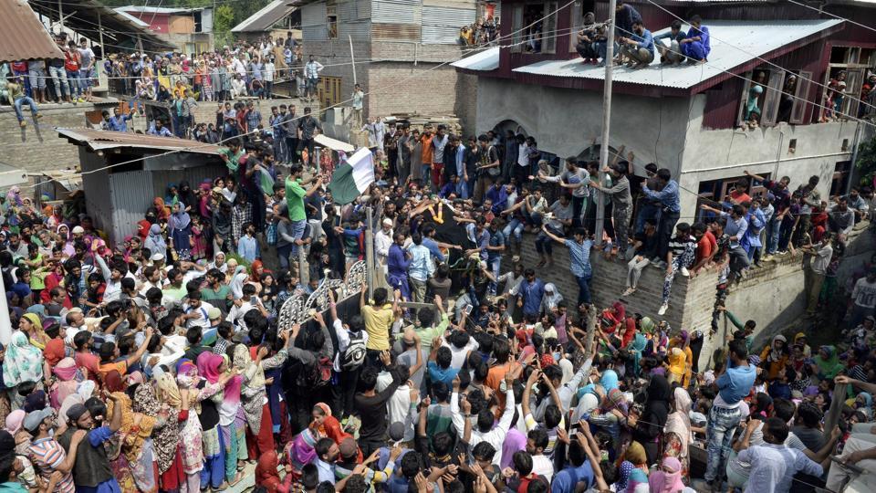 Kashmiri villagers carry the body of suspected rebel Arif Lelhari during his funeral in the Lelhar village of Pulwama on August 1, 2017.  Abu Dujana, a senior fighter from the Pakistan-based militant group Lashkar-e-Taiba, was killed during a raid near Srinagar.