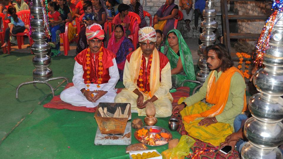 Sakaram Ahirwar and Rakesh Adjan during their wedding in Indore. (Shankar Mourya / HTPhoto)