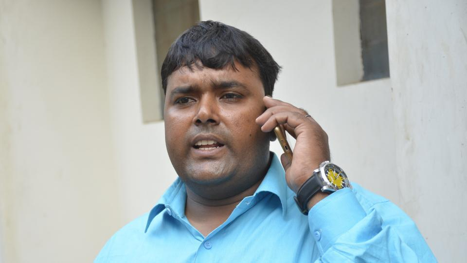 In all, the victim, Nitish Kumar Sinha, said the trio robbed him of Rs78,000 and also fled the spot soon after.