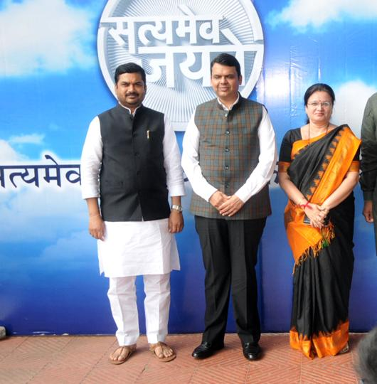 Chief minister Devendra Fadnavis (centre) with officials at the Paani foundation's Satyamev Jayate Water cup in Pune.
