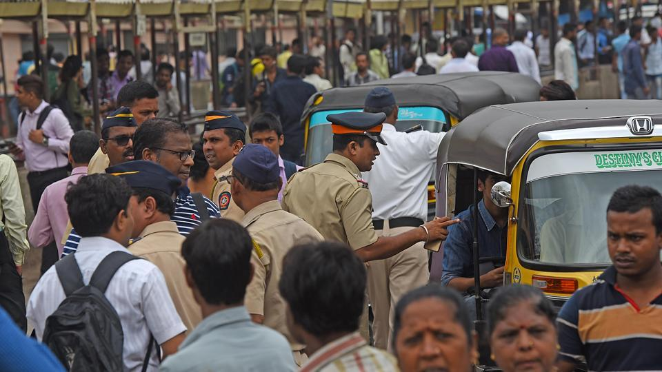 Policemen try to help out commuters. (Pratik Chorge/HT Photo)