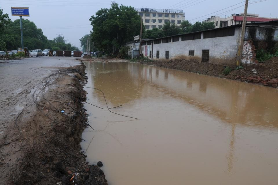A Huda water pipeline burst during the construction work of an underpass at Rajiv Chowk.