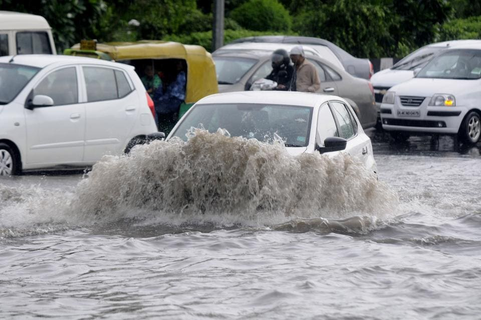 Heavy rains on Monday hit traffic and inconvenienced commuters.