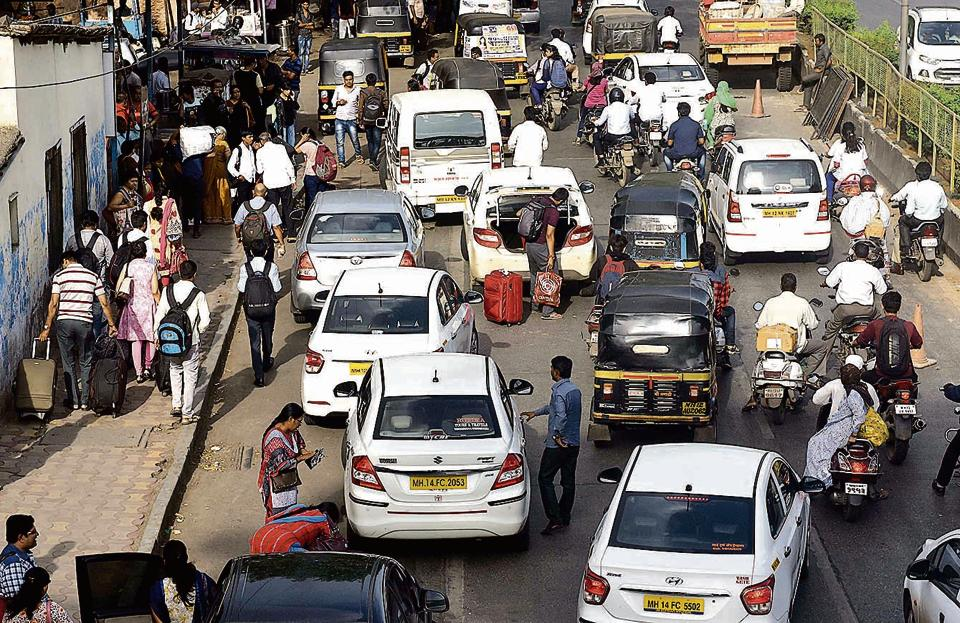 Many private cabs prefer to drop or pick up customers from the Raja Bahadur Mill road-side of the station. This leads to congestion on the road with no proper traffic regulation in place.