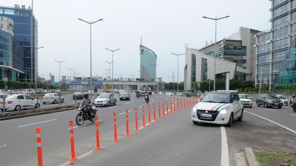 By placing traffic bollards, authorities have blocked two turns in Cyber City.