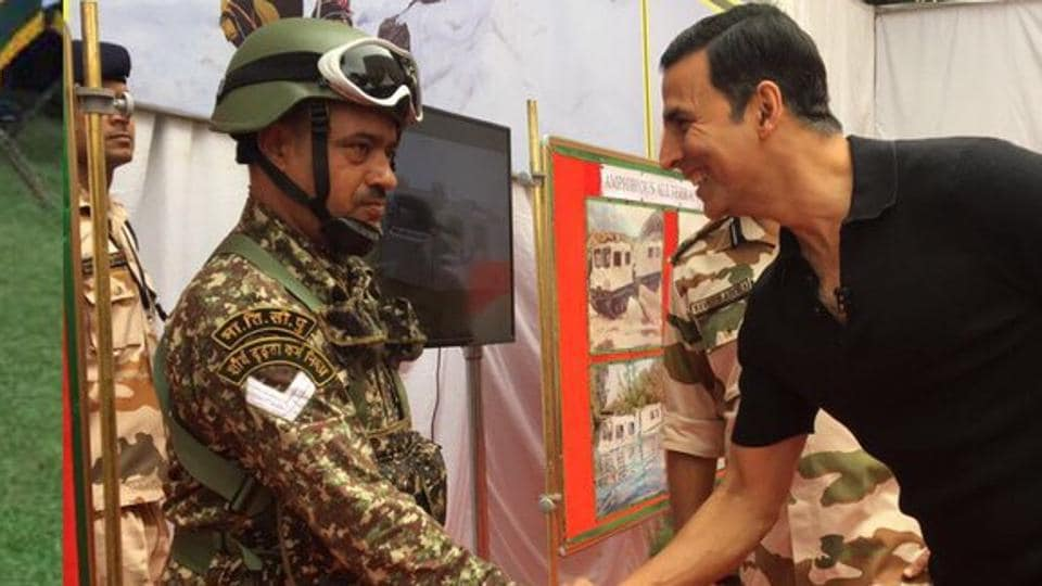 Akshay Kumar with a soldier from Indo Tibetan Border Police Force.