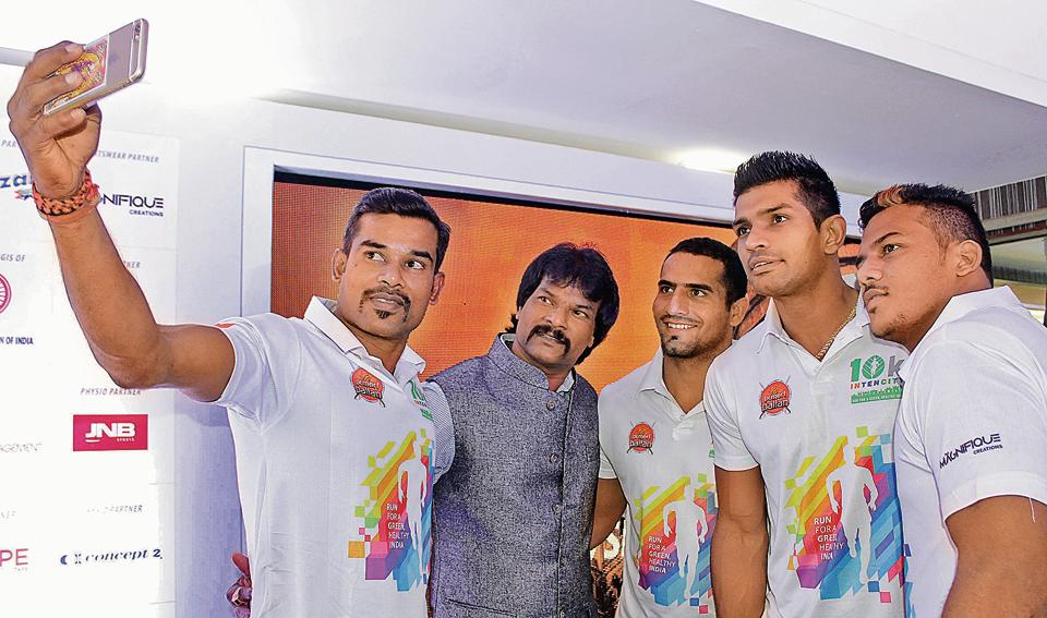 Players of Puneri Paltan team  members take selfie with veteran Hockey player Dhanaraj Pillay at the launch of 10K INTENCITY Run in Pune on August 8. Pillay was in the city as a guest at the event.