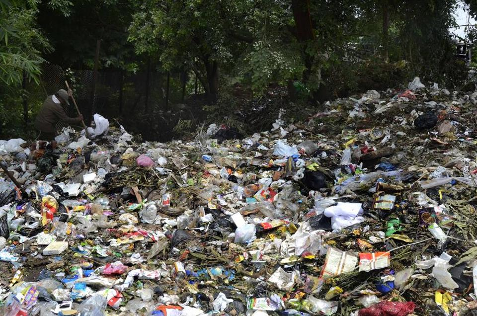 Restaurants, roadside eateries and residents from Aundh-Baner among others are being blamed for dumping garbage which is ending up in the Mula river.