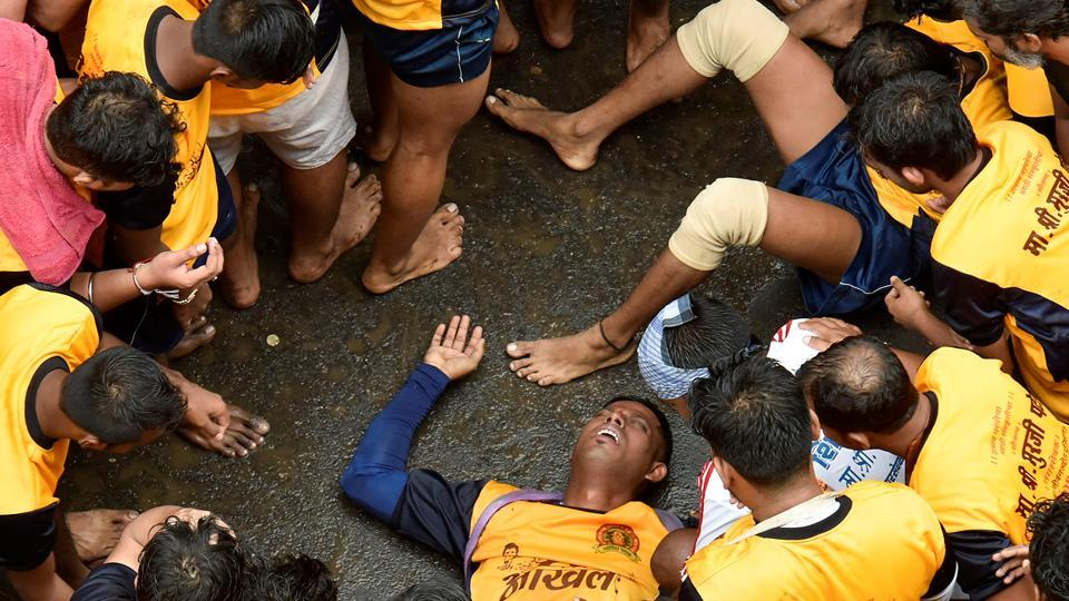 All is not well: An injured govinda at Dadar. (Kunal Patil/HT Photo)