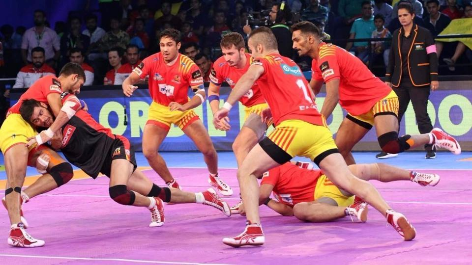 Gujarat Fortunegiants beat Bengaluru Bulls 27-24 in 2017 Pro Kabaddi League. They now lead Zone A with 28 points.