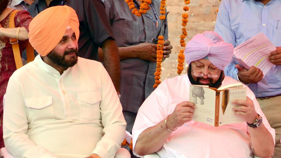 Captain Amarinder Singh reading Gulzar's book  'Footprints on Zero Line: Writings on the Partition' with Navjot Sidhu on his left.  (Sameer Sehgal/HT)