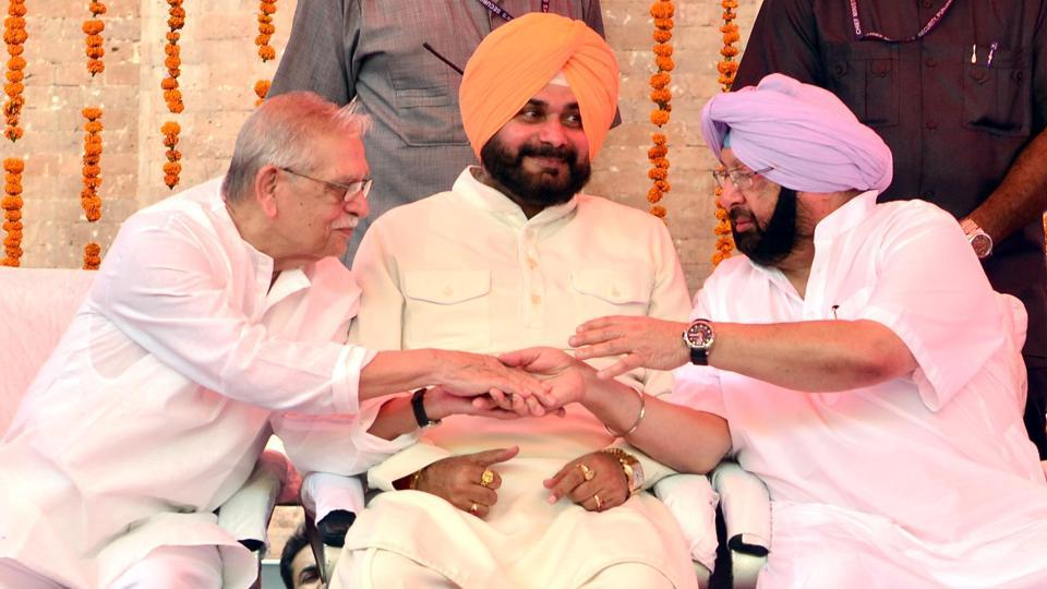 Punjab chief minister Captain Amarinder Singh (R) with notable lyricist Gulzar (L) and Punjab local bodies minister Navjot Singh Sidhu(C) during  the inauguration of Partition Museum at Town hall, Amritsar. (Sameer Sehgal/HT)